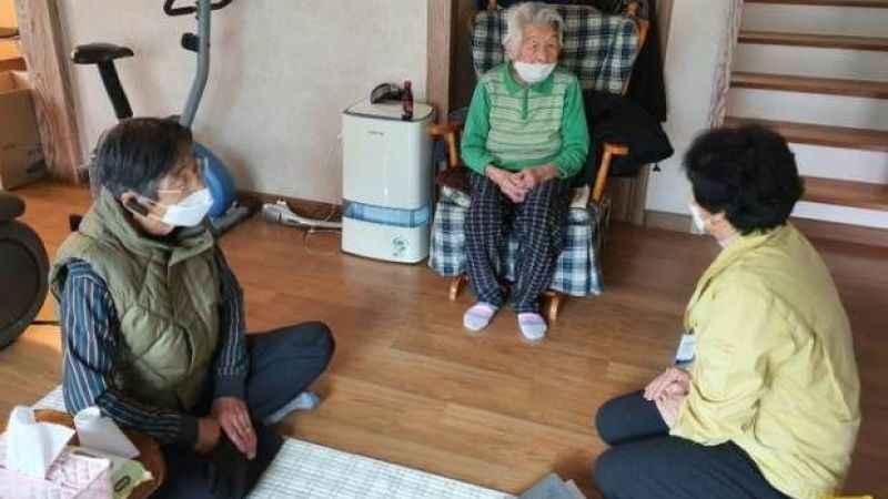 Biri 90 diğeri 96 yaşındaki iki kadın koronavirüsü yendi