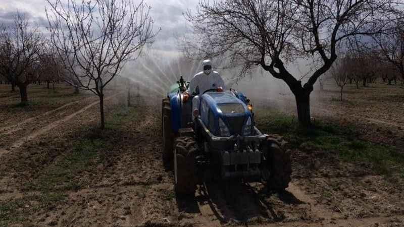 Evden çıkamayan yaşlı çiftçinin tarlasını ekipler ilaçladı!