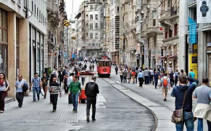 Sokakta birlikte yürümeye 2 kişi sınırı