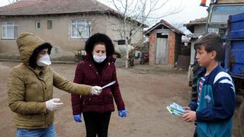 Fedakar öğretmenler, köy köy dolaşıp öğrencilerine kitap dağıttı