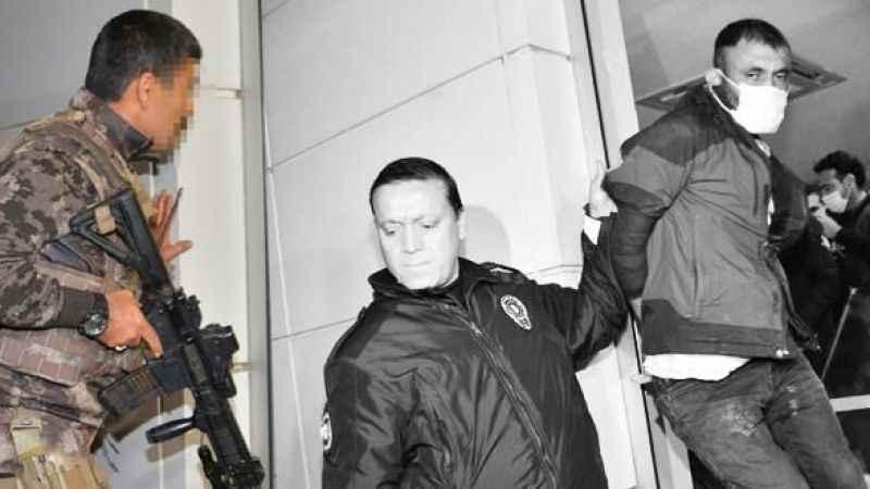 Alarm çaldı, polisler bankanın içinde yakaladı