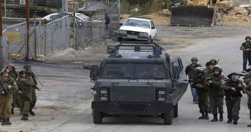Siyonist İsrail güçleri Filistinli bir genci yaraladı