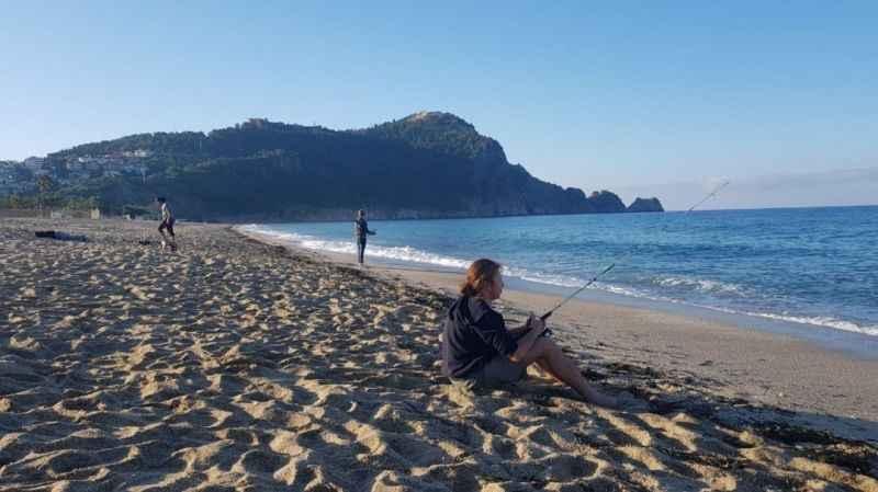 Alanya'da sabahın ilk ışıklarında sahile akın ettiler!
