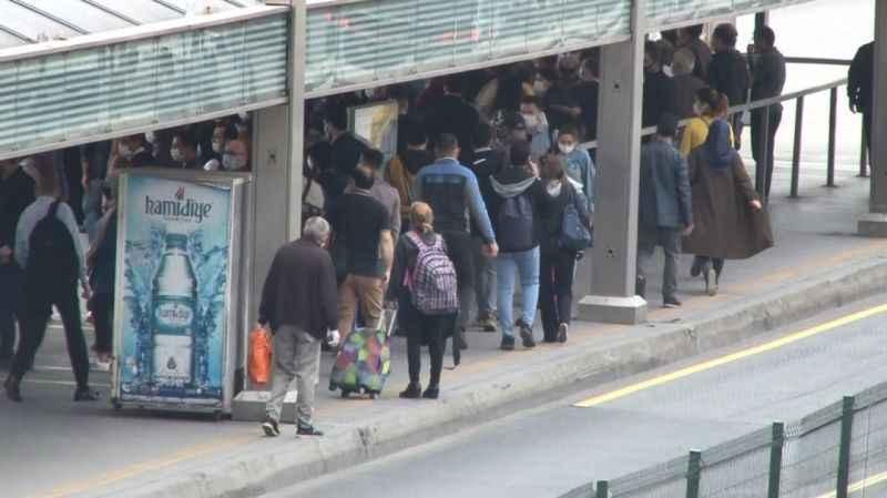 Normalleşmenin ilk sabahı metrobüs durağında insan yoğunluğu başladı!