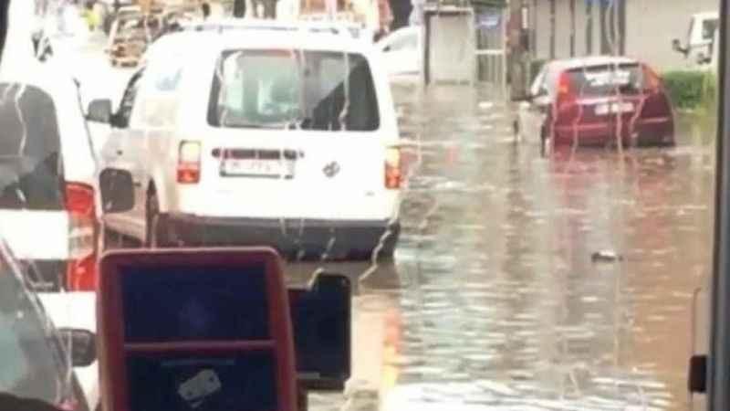 İzmir'de kısa süreli sağanak yağış yolları göle çevirdi!