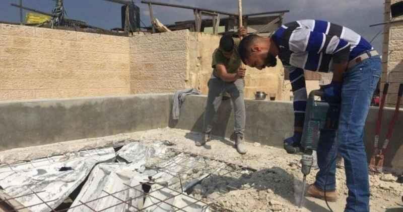 İşgalci İsrail Filistinli aileleri kendi evlerini yıkmaya zorluyor