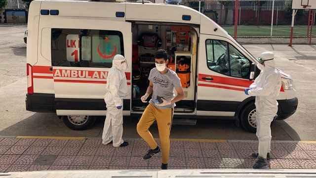 Koronavirüs tedavisi gören öğrenci sınava ambulansla geldi
