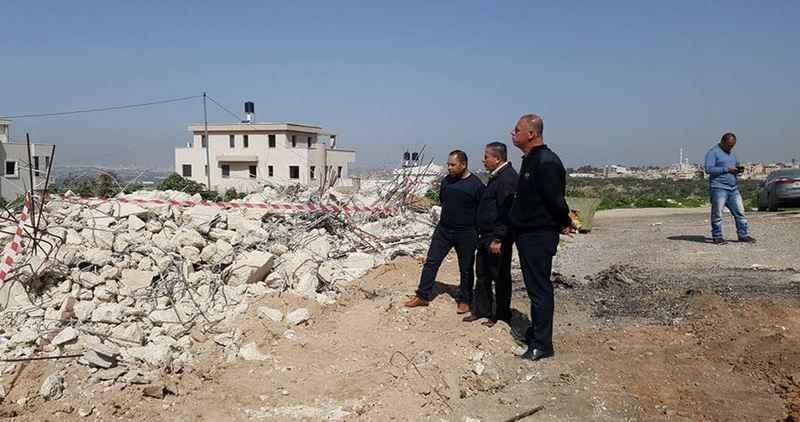İşgalci İsrail Silvan'da iki kardeşi evlerini yıkmaya zorladı