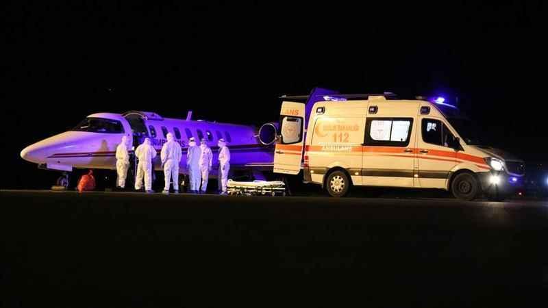 Kovid-19 hastası Türk vatandaşları ambulans uçakla yurda getirildi