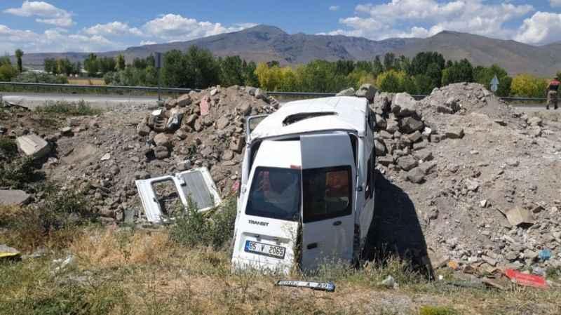 Van'da üzücü kaza! Minibüs şarampole uçtu: 14 yaralı