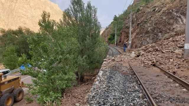 Kopan kaya parçaları tren yolununu kapattı