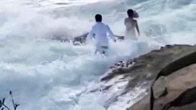 ABD'de kayalıklarda düğün fotoğrafı çektiren çift dalgaya kapıldı ...