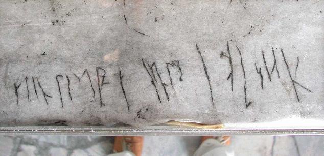 Ayasofya'nın ikinci katında çatlak sanılan esrarengiz Viking yazısı