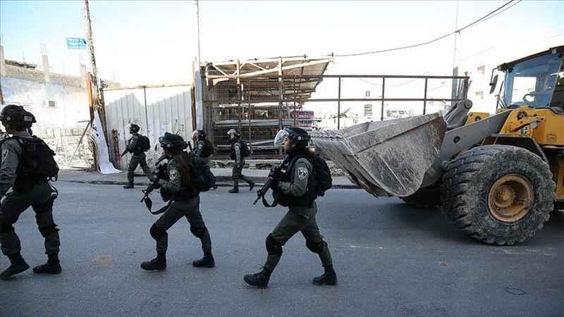 İsrail, işgal altındaki Kudüs'te 2 Filistinli'ye evlerini yıktırdı