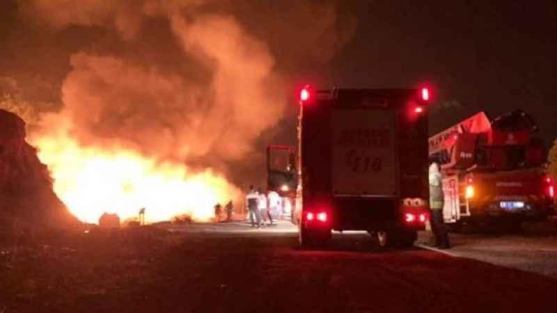 Arnavutköy'de plastik malzeme deposu alev alev yandı