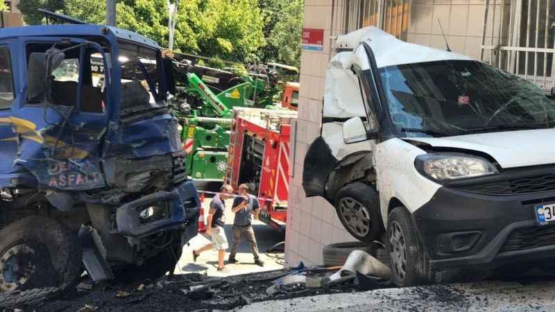 Freni boşalan kamyon 6 araca ve duvara çarparak durabildi