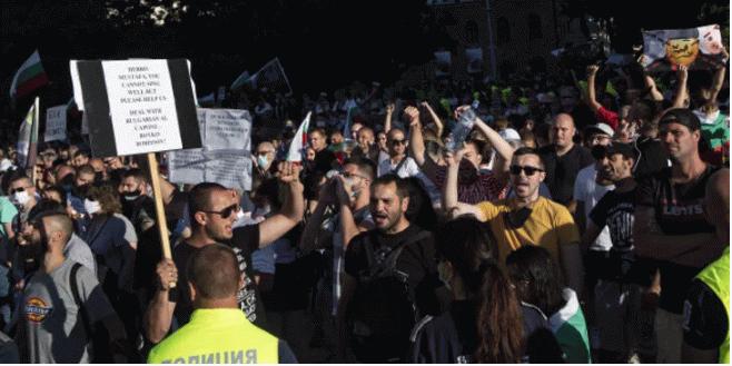 Komşuda protestolar yatışmadı: Bakanlar istifa etti!