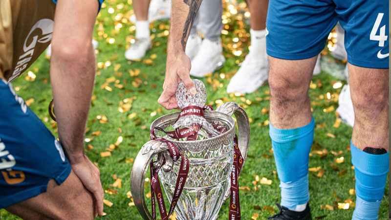 Şampiyonluk töreninde kristal kupayı kırdı!