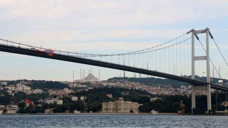 Süper Lig şampiyonu Başakşehir'in bayrağı köprüye asıldı