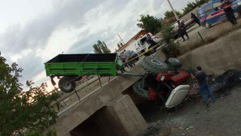 Traktör köprüden düştü! Yaralılar var