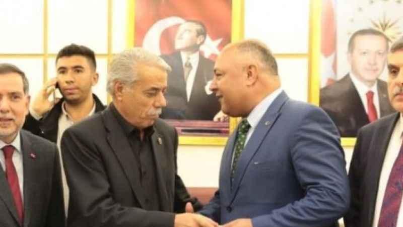 AK Partililer belediyeyi bastı! Yeni başkanı tartakladılar...