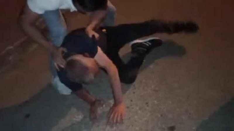 Uyuşturucu sattığı iddia edilen kişiyi tekme tokat dövdüler