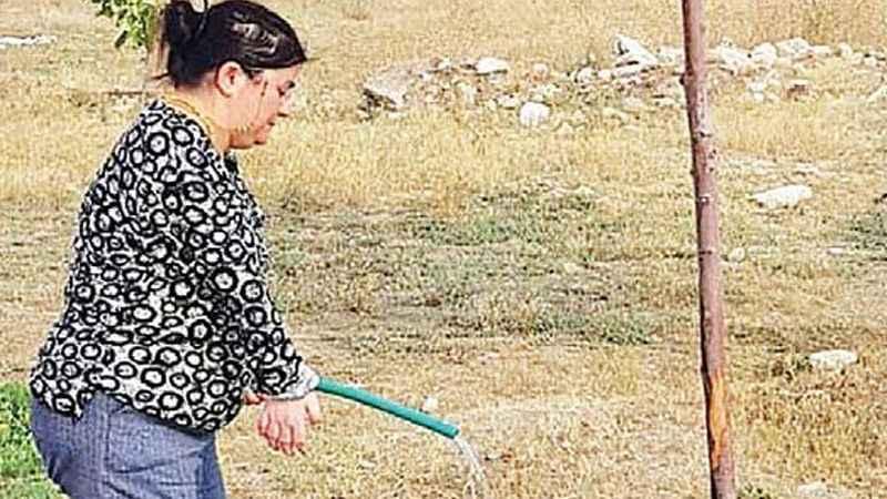 AK Partili Belediye engelli çalışana bahçe temizliği görevi verdi!