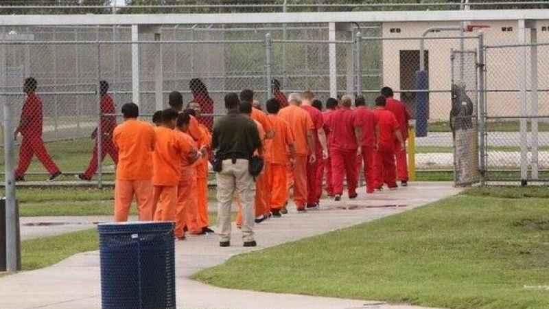 ABD'de bir zulüm daha! Tutuklu Müslüman göçmenlere domuz eti yedirdiler
