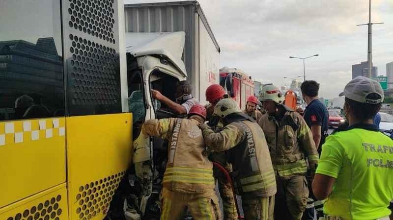 Basın Ekspres yolunda kaza 2 kişi araçta sıkıştı