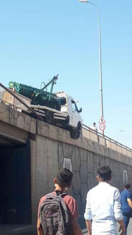 Şanlıurfa'da korkunç kaza, kamyonet köprüde asılı kaldı