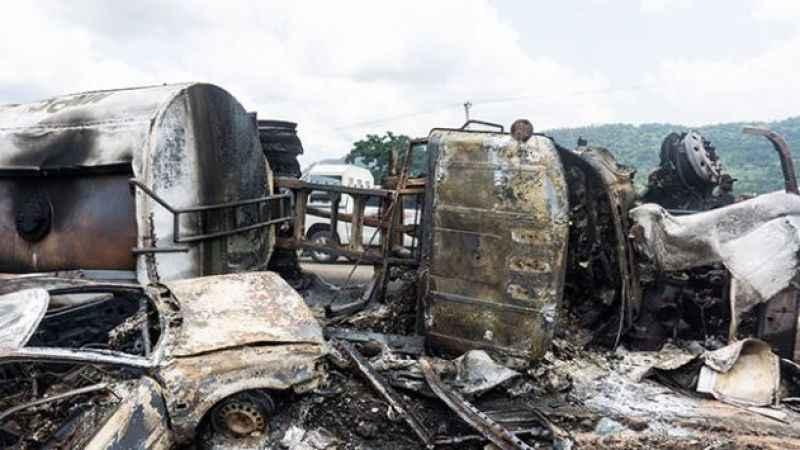 Nijerya'da feci kaza araçlar küle döndü! 23 kişi öldü