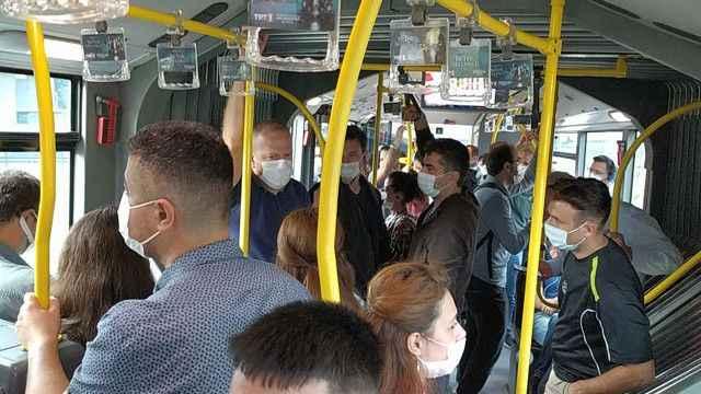 Metrobüste sosyal mesafesiz yolculuğa devam!