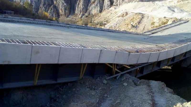 AK Partili belediyenin yaptırdığı köprü, açılmadan çöktü!