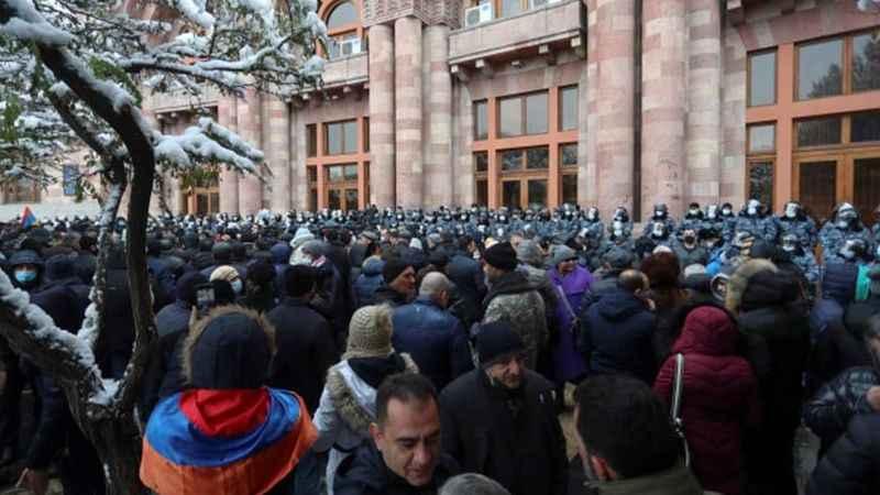 Ermenistan'da göstericiler Paşinyan'ın etrafını kuşattı!