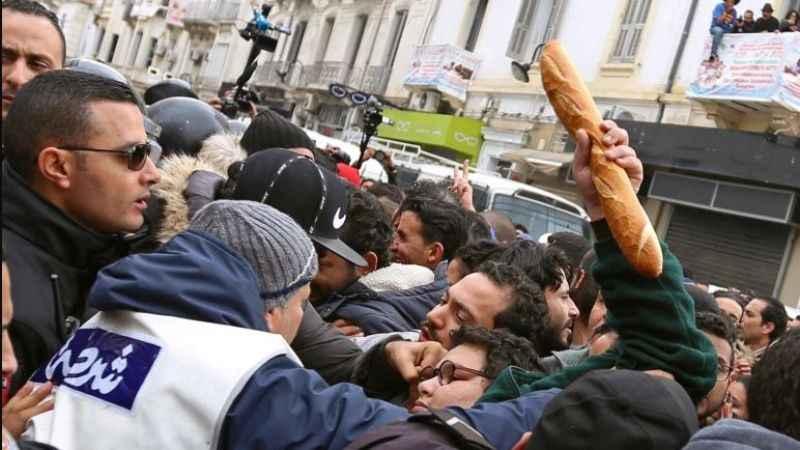 Tunus'ta Arap Baharı'nı aratmayan görüntüler! Halk sokaklara döküldü