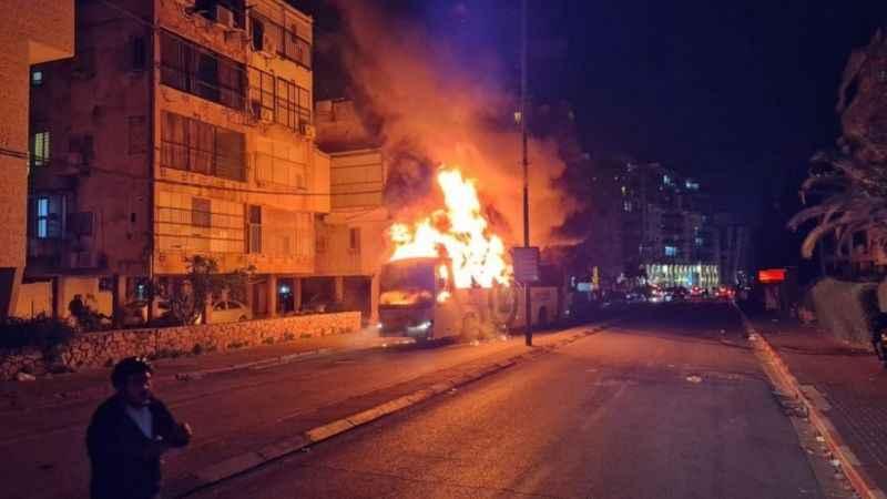 Siyonist İsrail karıştı! Göstericiler otobüsü ateşe verdi