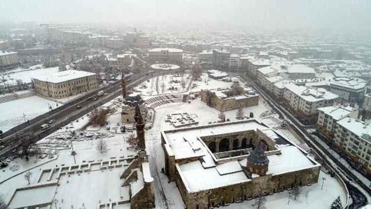 Sivas'a kar engeli! 438 yerleşim yerinin yolu kar nedeniyle kapandı