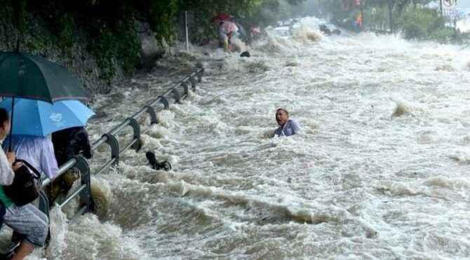 Ülkede büyük panik! 50 binden fazla insan tahliye edildi