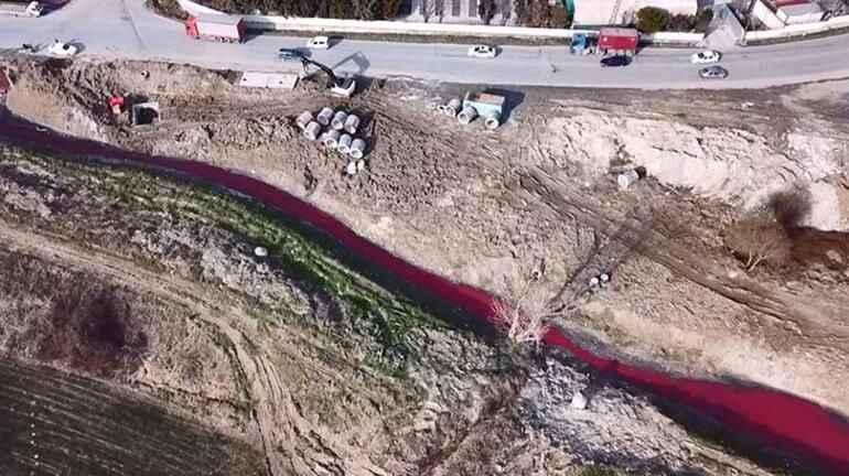 İstanbul'da kokutan görüntü! Su kırmızıya döndü