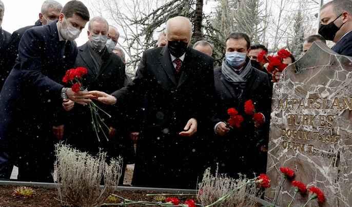 Bahçeli, MYK ve MDK üyeleri ile Türkeş'in mezarını ziyaret etti