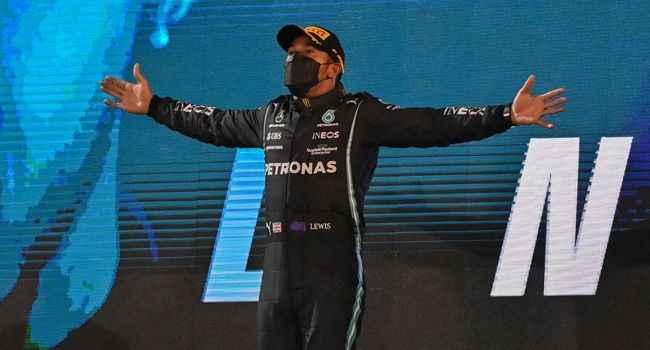 Schumacher'in rekorunu kıran Hamilton,zaferle başladı