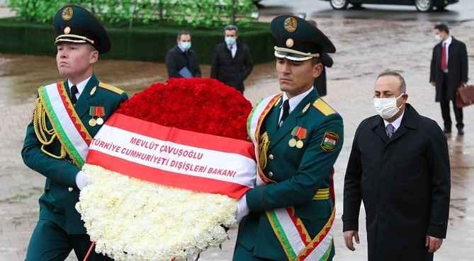 Çavuşoğlu, Tacikistan'da İsmail Somoni Anıtına çelenk koydu