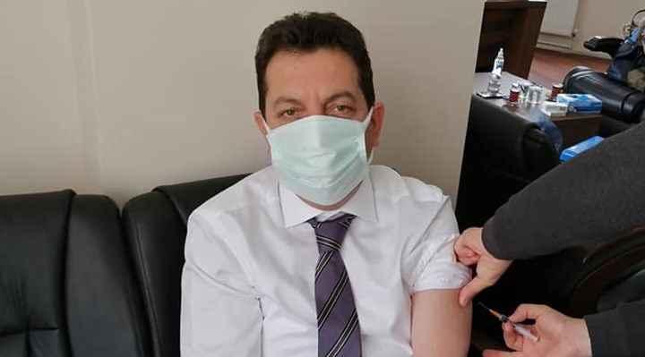 48 yaşındaki AKP'li başkan, makamında başhekime korona aşısı oldu