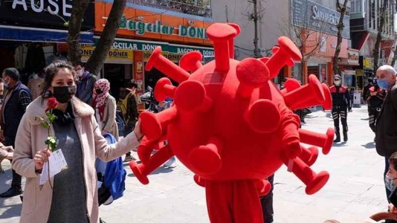 Koronavirüs kostümlü etkinlik: Kurallara uymayanlara kırmızı kart