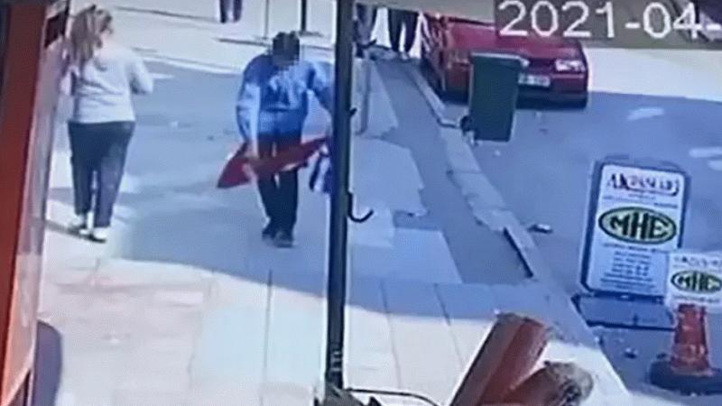 Türk bayrağını yere serip üzerine bastı