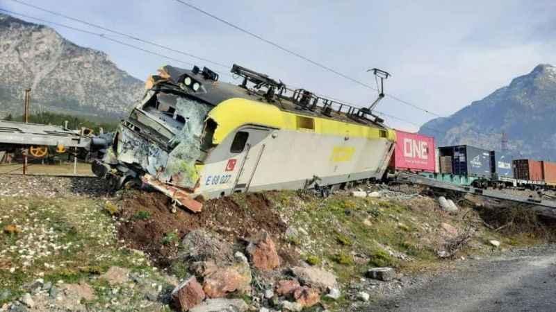 Adana'da tren kazası! Makinistler hastaneye kaldırıldı