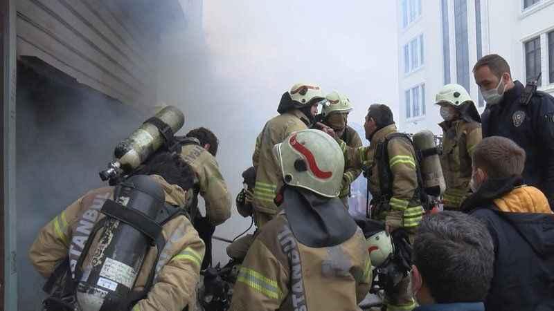 Arnavutköy'de hırdavat deposunda çıkan yangın can aldı
