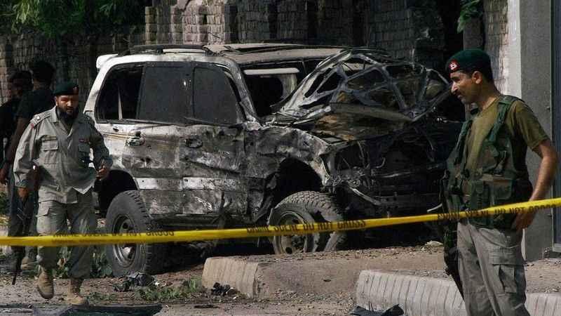 Pakistan'da askeri aracın geçişi sırasında bomba patladı