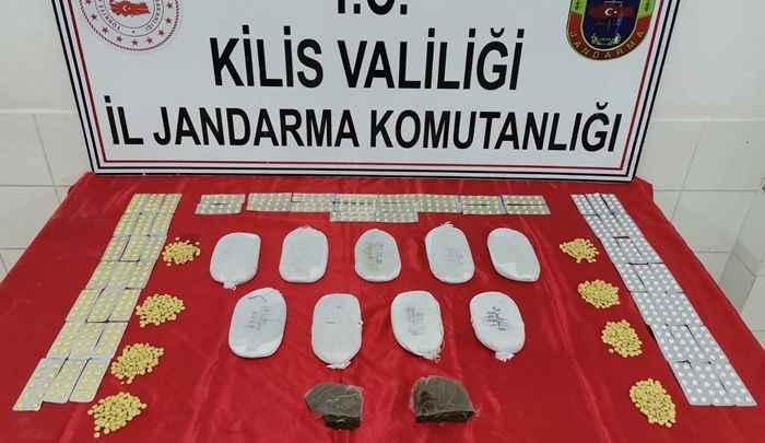 Sınır hattında 2 kilogram esrar ve 1470 uyuşturucu hap ele geçirildi