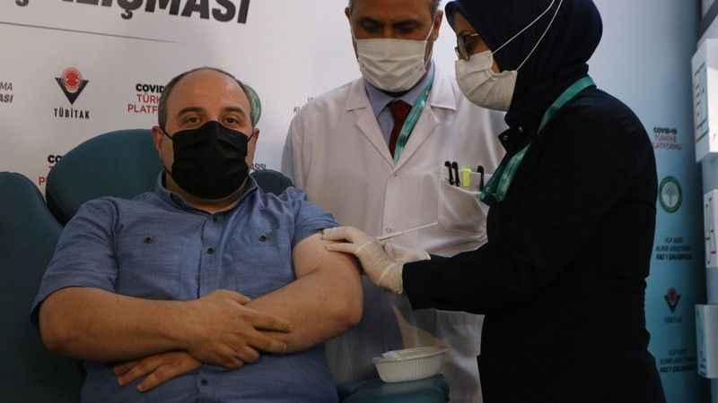 Mustafa Varank yerli aşının ikinci dozunu oldu